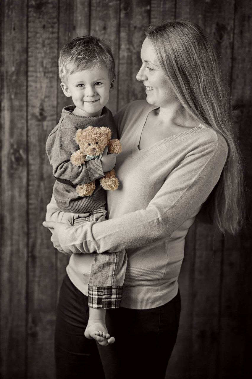 profesionalny rodinny fotograf Peter Norulak Kosice umelecke fotky dieta rodina syn matka interier atelier _10